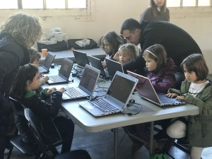 Nenes i nens tastant la programació durant l'Anoia Tast-Tech 2017 (Imatge: Gina Tost)